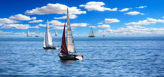 парусники идут по морю