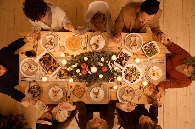 накрытый праздничный стол, семья держится за руки
