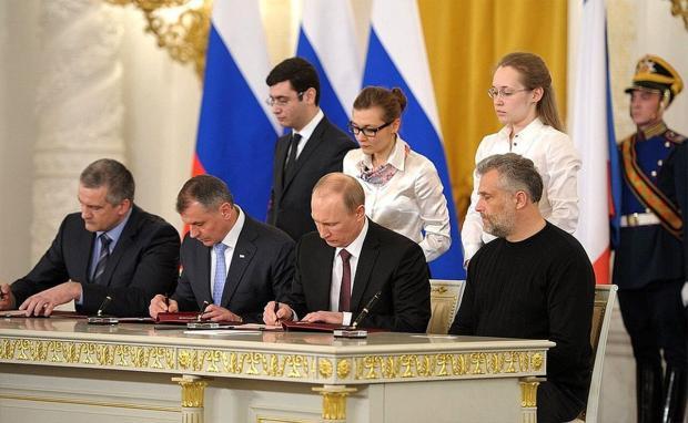 Путин подписывает документ о присоединении Крыма и Севастополя к России