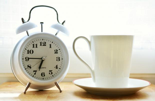 будильник, чашка кофе