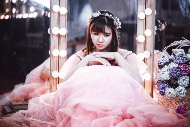 сидит красивая невеста