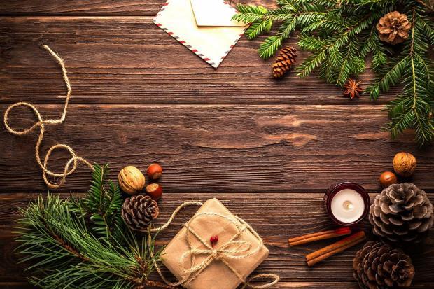 декоративная рождественская композиция на темном дощатом столе