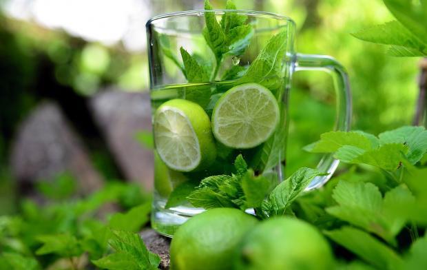 прозрачная кружка травяного чая с мятой и лимоном