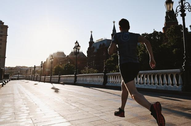 мужчина бежит трусцой