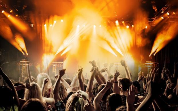 молодежь танцует на праздничной вечеринке
