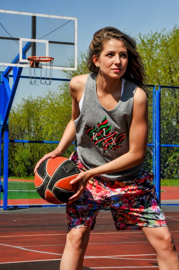 девушка играет в баскетбол