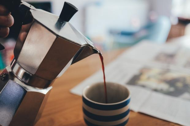 кофе из кофейника наливают в чашку