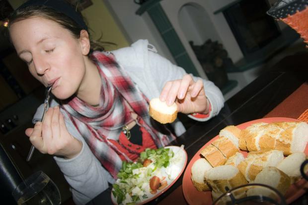 девушка с наслаждением ест