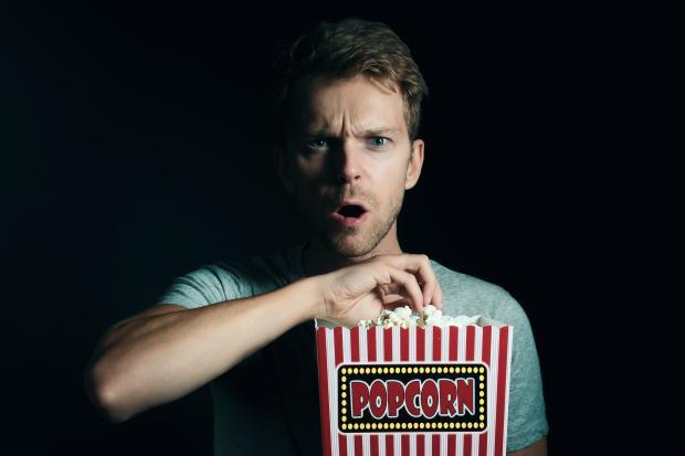 молодой человек с ведром попкорна