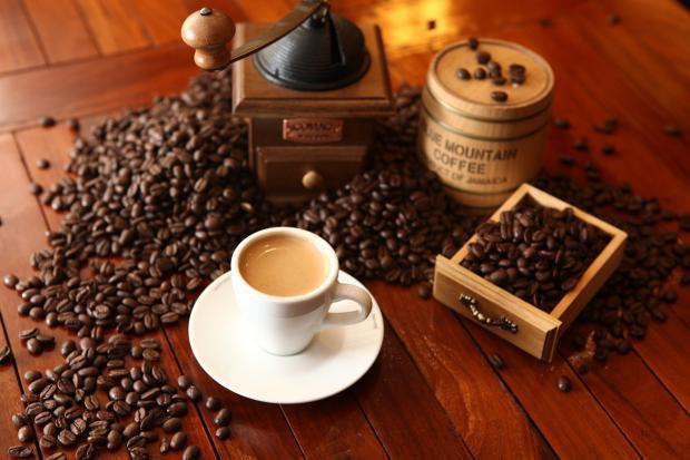 композиция с кофейными зернами и чашкой кофе