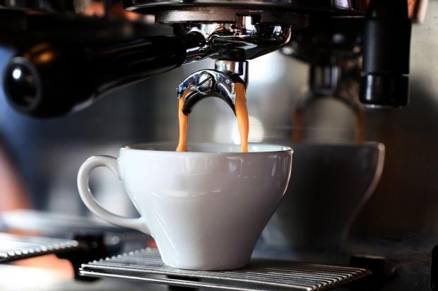 кофемашина готовит кофе латте
