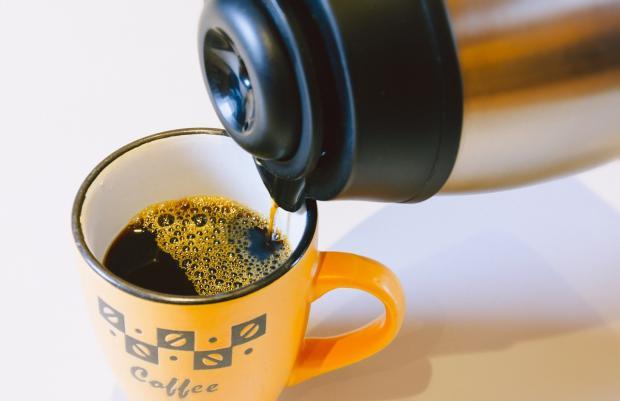 кофе наливается из термоса в кружку