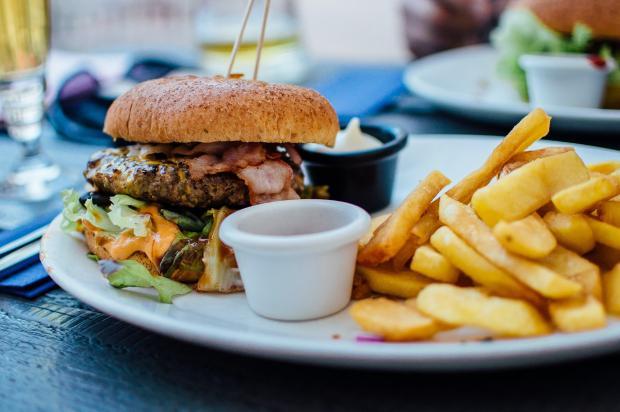 бургер, картошка фри и соус