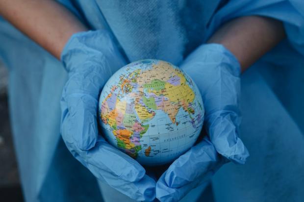 глобус Земли в руках