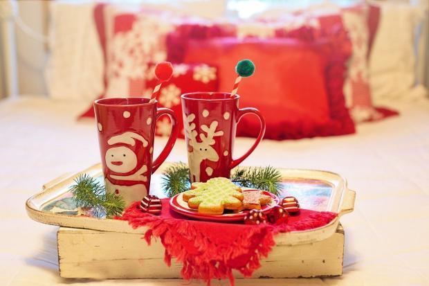 две рождественских кружки с печеньем на кровати