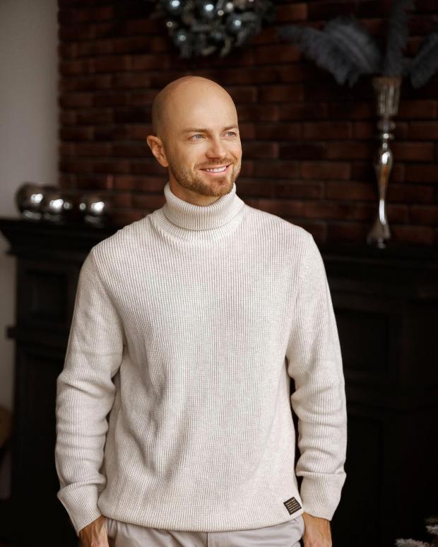 Влад Яма в белом свитере