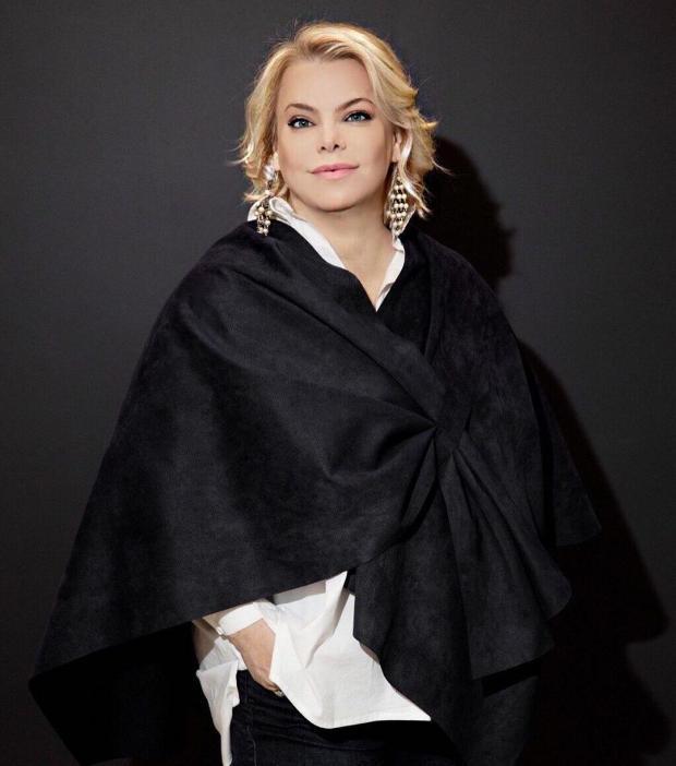Яна Поплавская в черном наряде