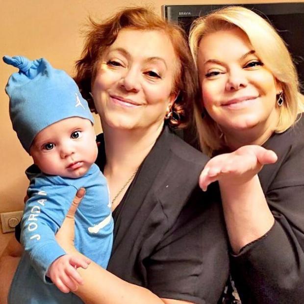 Яна Поплавская с мамой и внуком