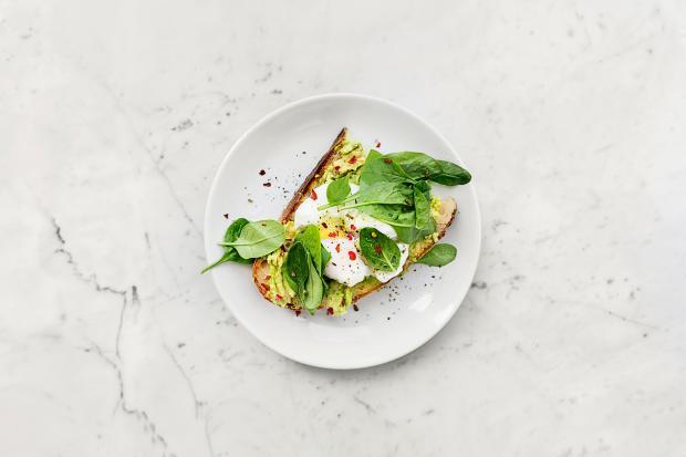 Салат и яичница на хлебе