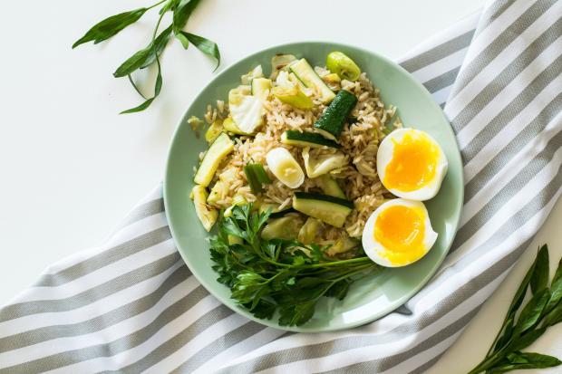 салат с овощами и рисом