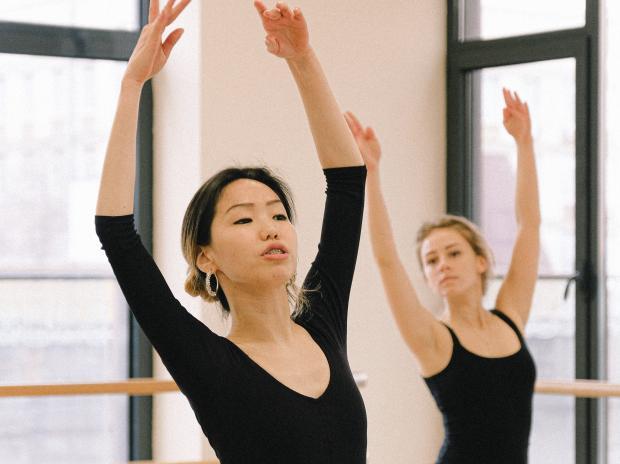 Девушки в танцевальном зале