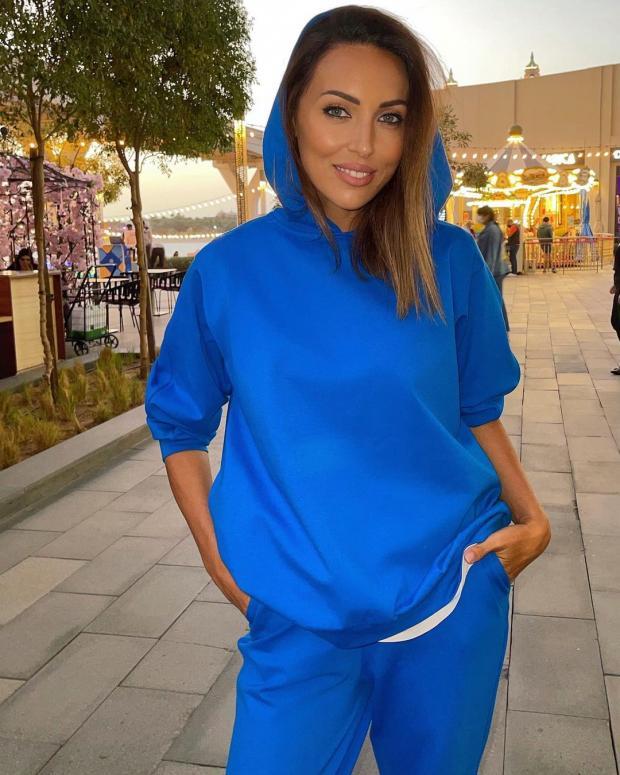 Алсу в синем спортивном костюме