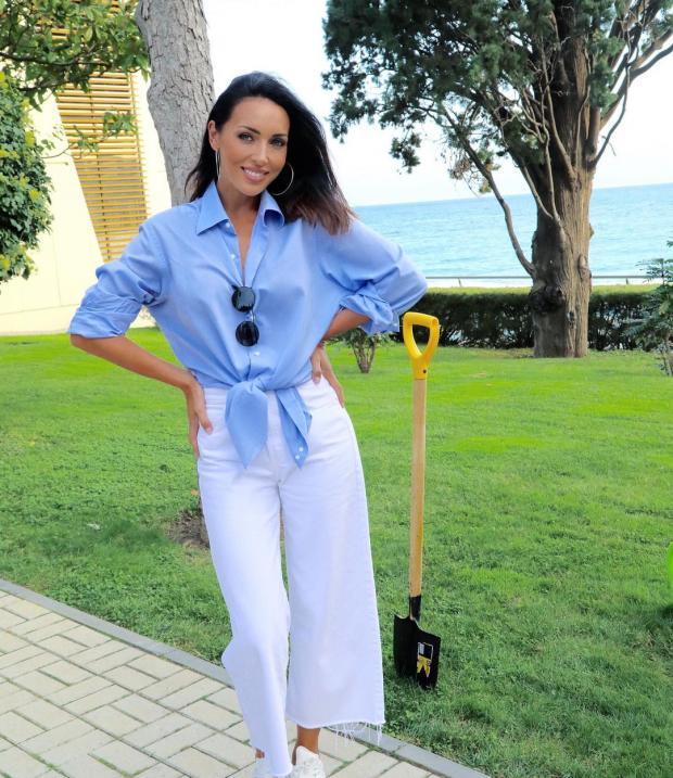 Алсу в голубой блузе и белых брюках