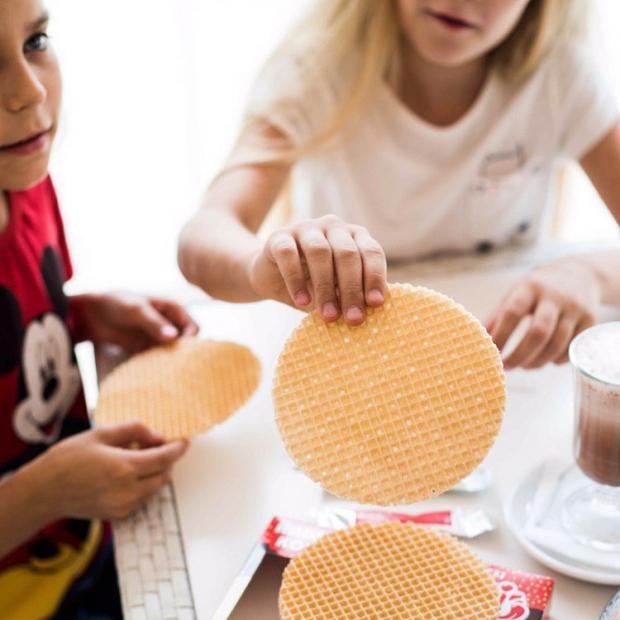 Вафельные коржи в руках детей