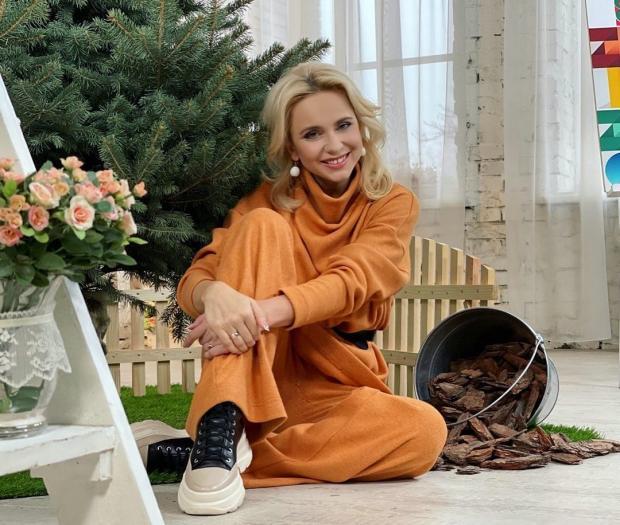 Лили Ребрик в оранжевом спортивном костюме