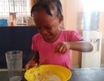 Эта малышка настояла на том, чтобы есть хлопья вилкой, но теперь она не может поймать молоко.