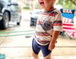 Мальчик играл под дождем, а теперь расстроен тем, что промок