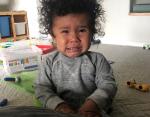 Мама не разрешила этому малышу кусать ее за пальцы ног.
