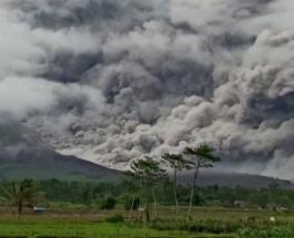 Извержение вулкана Семеру в Индонезии: фото и видео столбов дыма над островом Ява