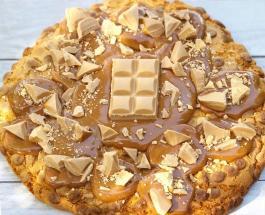 Карамельное печенье весом один килограмм предлагает клиентам пекарня в Австралии