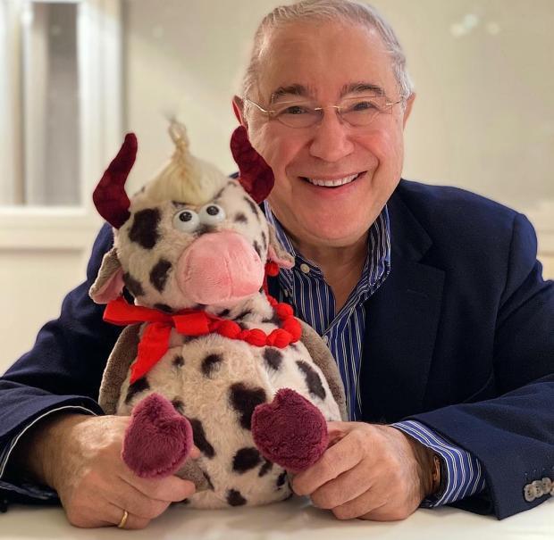 Евгений Петросян и игрушечным бычком