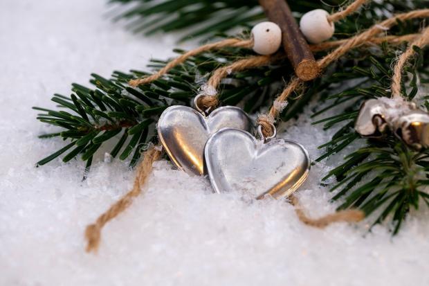 игрушки в снегу