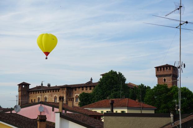 желтый воздушный шар над городом