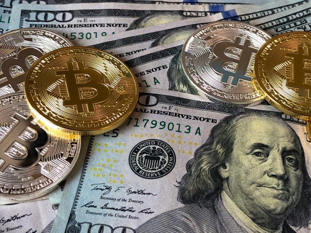 денежные монеты и купюры