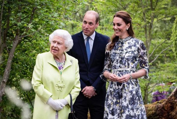 Королева Елизавета II Кейт Миддлтон и принц Уильям