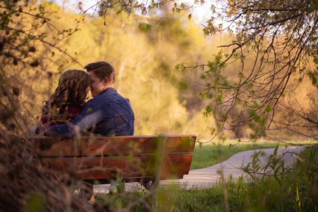 влюбленная пара на скамейке в парке