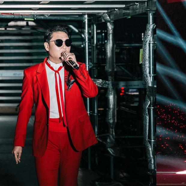 Psy в красном костюме