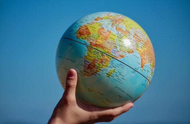 глобус в руке