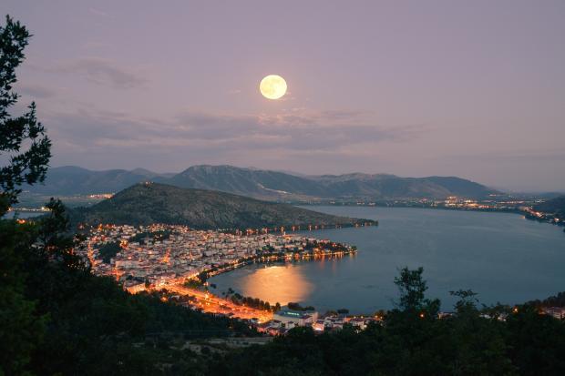 луна над озером пейзаж