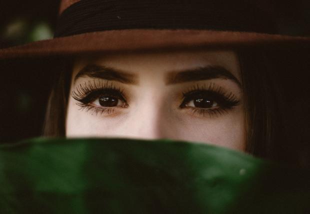 женщина с бровями