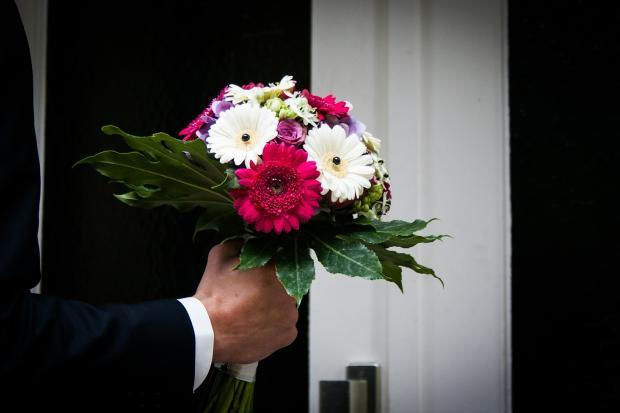 красиваый букет цветов в руке