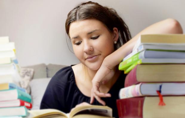 девушка за учебниками