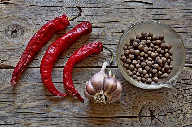 красный перец, головка чеснока, черный перец горошком