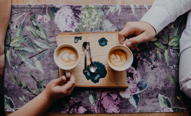 влюбленные пьют кофе