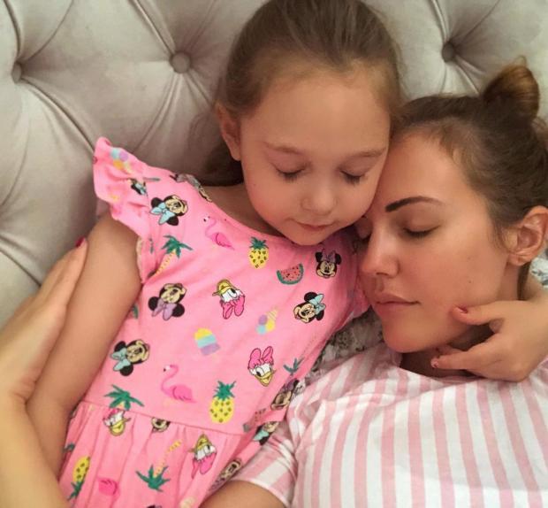 Мерьем Узерли со старшей дочкой