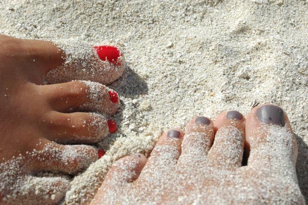 две ноги на песке